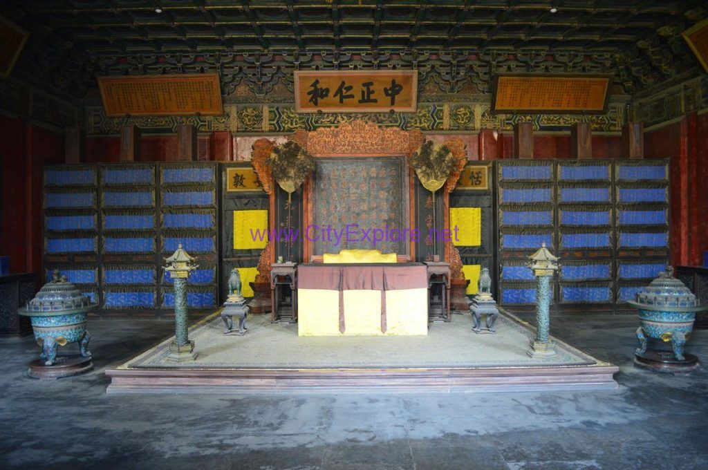 The front hall in the Hall of Mental Cultivation,where the emperor handled state affairs and received his officials