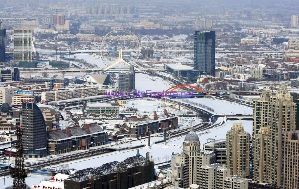 On January 2, 2010, heavy snow fell in Tianjin and the snow cover depth was 18 cm. It is the largest snowfall in history over the same period since 1951.